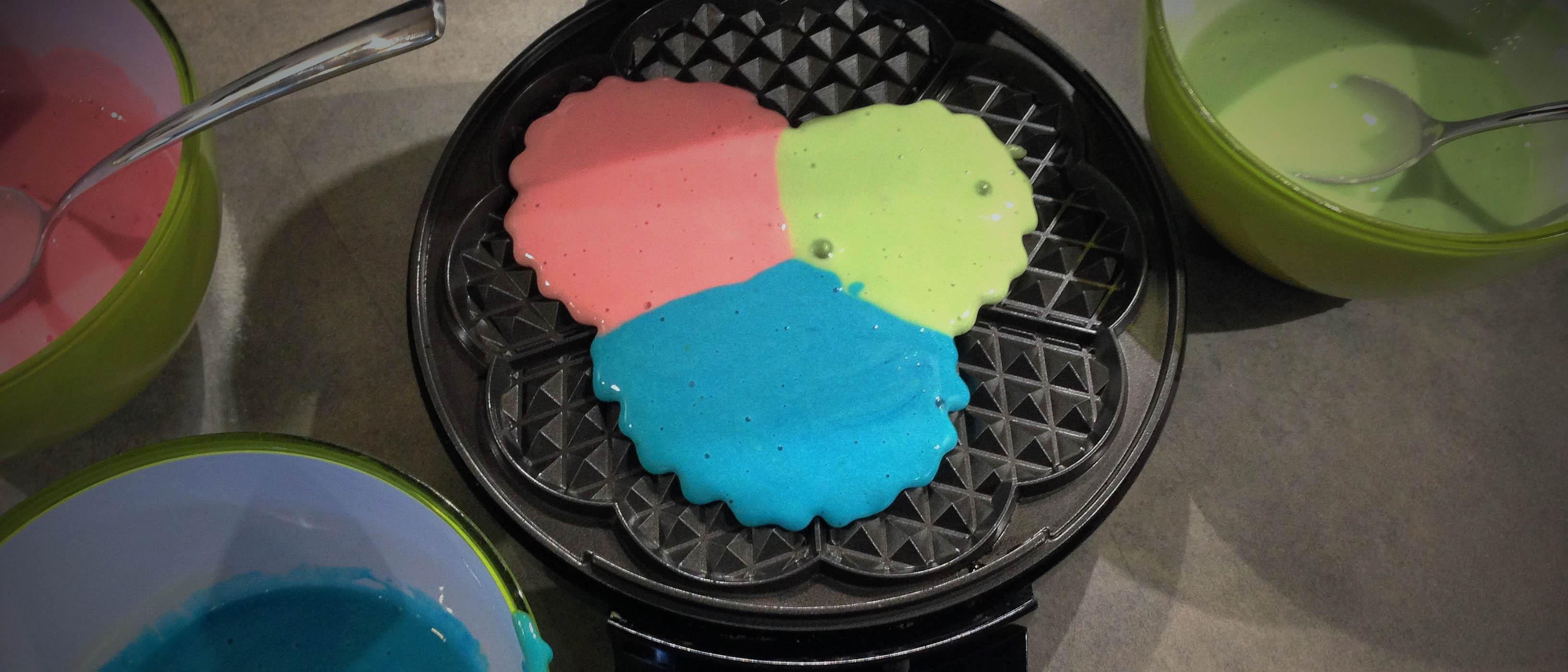 Bunte Waffeln mit Lebensmittelfarbe