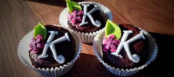 Muffins mit Buchstaben und Blumen