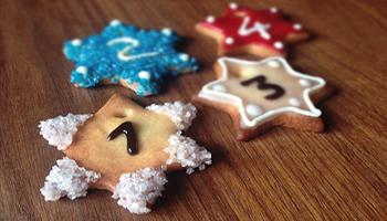 Weihnachtskeks mit Zahl für Weihnachtskalender